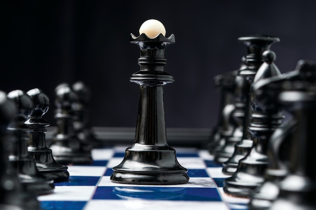 Roi des échecs parmi ses pièces noires
