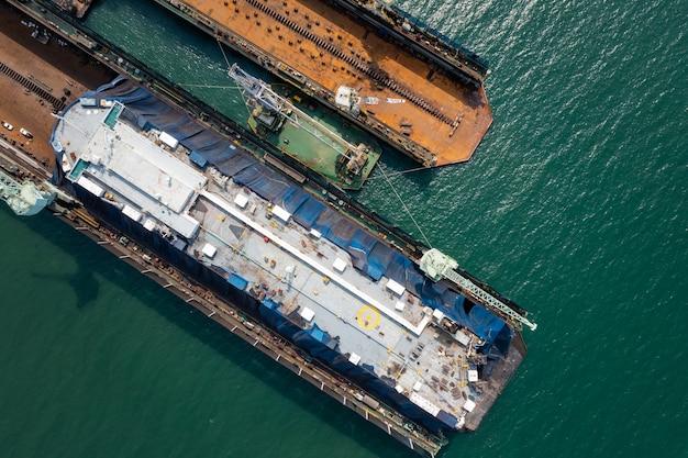 Roll-on roll-of navire de réparation et d'entretien sur l'industrie des chantiers navals en vue de dessus aérienne de la mer verte
