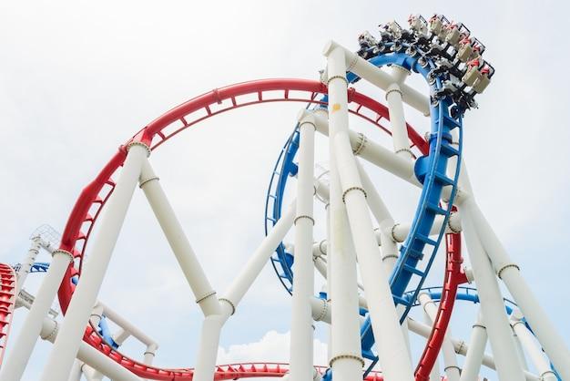 Roller coaster ride rail dans le parc