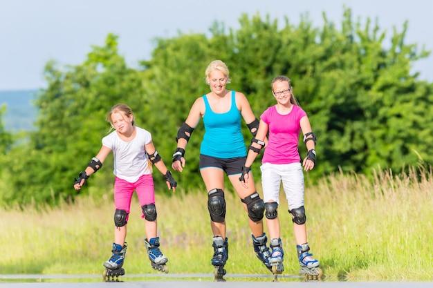 Roller familial avec des patins sur une voie de campagne