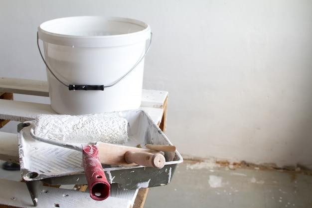 Roller painting container et le rouleau de peinture.