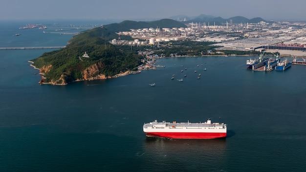 Rollon rollof navire chargeant de nouvelles voitures s'alignent porte-conteneurs automobiles flottant en mer