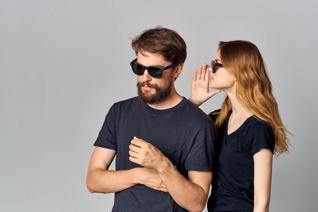 Une romance de communication d'amitié de jeune couple portant des lunettes de soleil fond clair