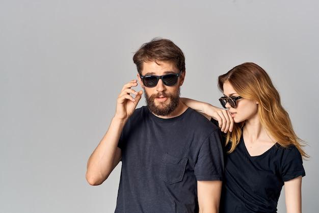 Une romance de communication d'amitié de jeune couple portant le style de vie de studio de lunettes de soleil. photo de haute qualité