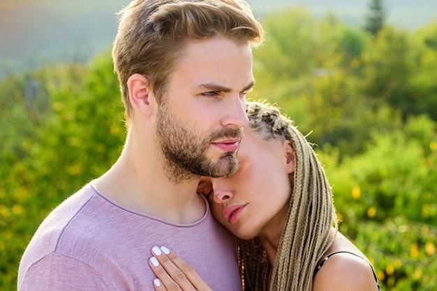 Romantique beau beau couple d'amoureux s'embrassant