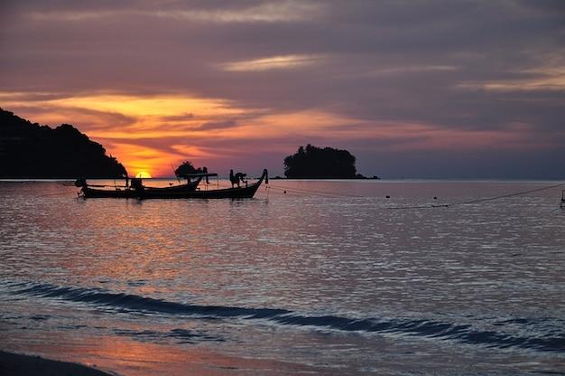 Romantique coucher de soleil nai yang phuket thailande