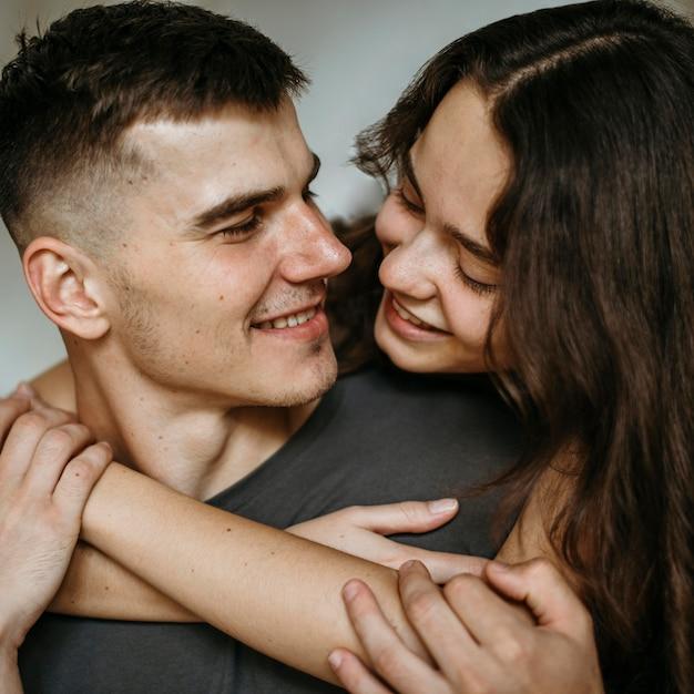 Romantique jeune couple amoureux