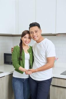Romantique jeune couple cuisiner ensemble dans la cuisine