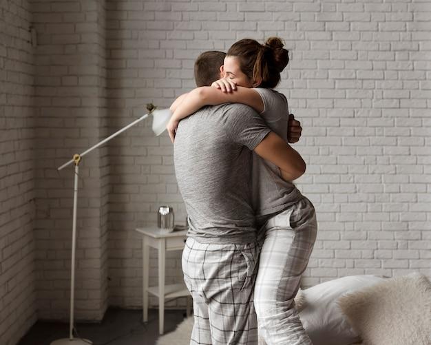 Romantique jeune couple ensemble amoureux