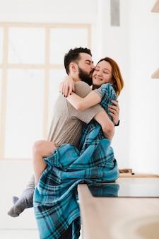 Romantique, jeune couple, étreindre