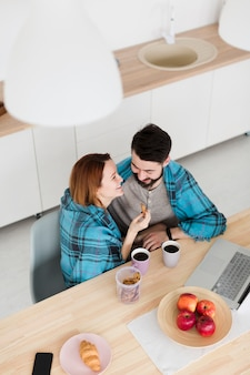 Romantique jeune couple haute vue