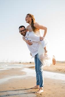 Romantique jeune couple profitant des vacances d'été sur la plage