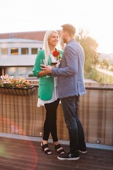 Romantique jeune couple tenant des verres à vin se regardant