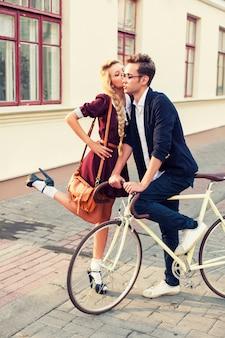Romantique jeune femme embrassant la joue de son petit ami