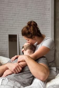 Romantique jeune homme et femme s'embrassant