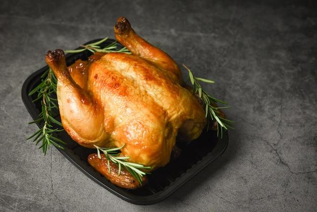 Romarin au poulet rôti entier - poulet cuit au four, barbecue, plats délicieux sur la table à manger pendant les vacances
