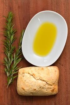 Romarin, pain et huile sur brun