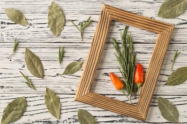 Romarin et piment rouge sur une table en bois