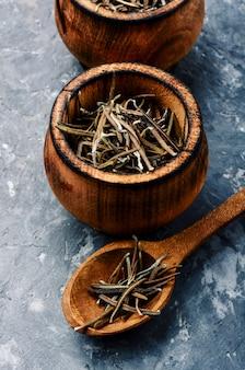 Romarin séché et cuillère en bois