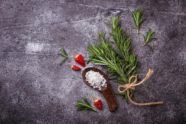 Romarin, sel de mer et poivre rouge. fond culinaire. mise au point sélective