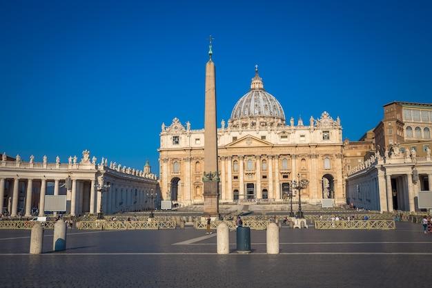 Rome, état du vatican - 20 aot 2018 : cathédrale saint pierre au vatican avec la célèbre coupole, lumière du jour tôt le matin et encore peu de touristes.