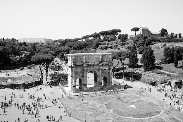 Rome, italie - 20 juin 2018 : arc de triomphe de constantin à rome, situé entre le colisée et le palatin