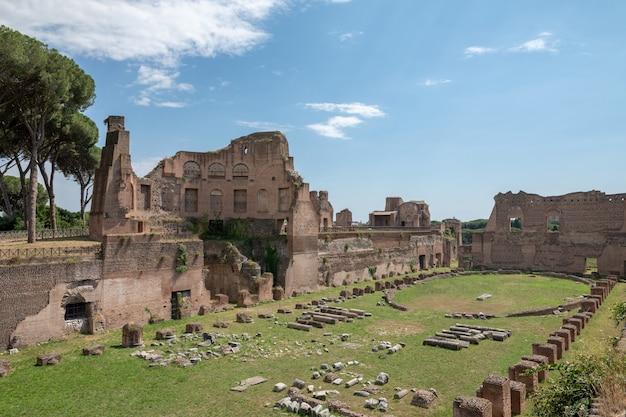 Rome, italie - 20 juin 2018 : la vue panoramique du circus maximus (circo massimo) est un ancien stade romain de courses de chars et un lieu de divertissement de masse situé à rome