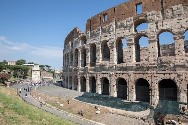 Rome, italie - 20 juin 2018 : vue panoramique de l'extérieur du colisée à rome. journée d'été avec ciel bleu et ensoleillé