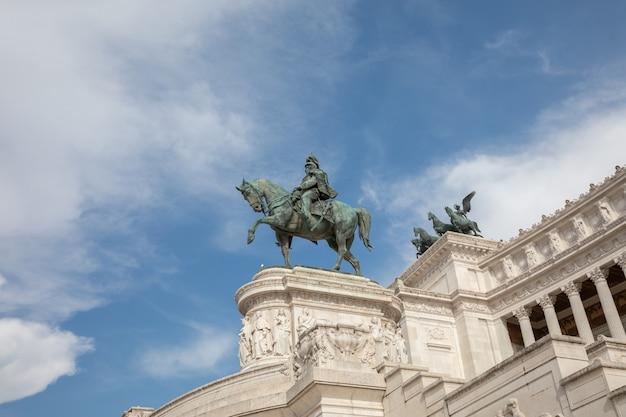 Rome, italie - 21 juin 2018 : statue équestre de vittorio emanuele ii sur la piazza venezia à rome