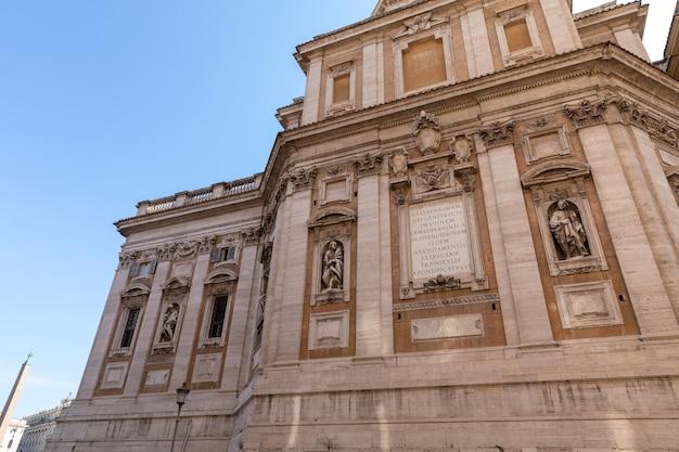 Rome, italie - 21 juin 2018 : vue panoramique de l'extérieur de la basilique de santa maria maggiore, ou église de santa maria maggiore. c'est une basilique majeure papale et la plus grande église mariale catholique de rome