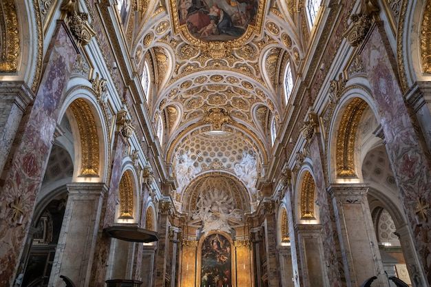 Rome, italie - 21 juin 2018 : vue panoramique de l'intérieur de l'église de saint louis des français. c'est une église catholique romaine à rome, non loin de la piazza navona