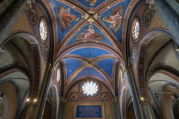 Rome, italie - 21 juin 2018 : vue panoramique de l'intérieur de santa maria sopra minerva (sainte marie au-dessus de minerva) est l'une des églises de l'ordre catholique romain des prêcheurs (connus sous le nom de dominicains) à rome