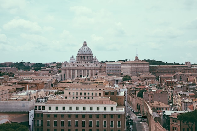 Rome, italie - 22 juin 2018 : vue panoramique sur la basilique papale de saint-pierre (basilique saint-pierre) au vatican et la ville de rome. jour d'été et ciel dramatique