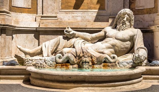 Rome, italie - circa aot 2020 : célèbre sculpture grecque du dieu de l'océan, nommé marforio. mythologie classique dans l'art.