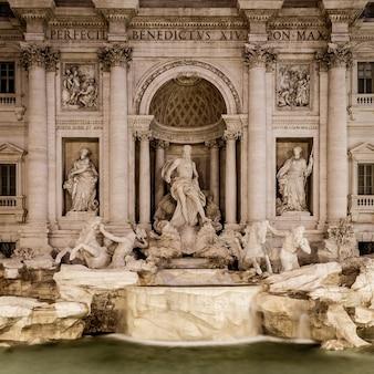Rome, italie. fontaine de trevi la nuit, chef-d'œuvre de l'architecture baroque classique italienne.