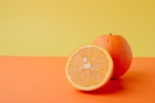 Rond juteux entier mûr et tranches d'orange
