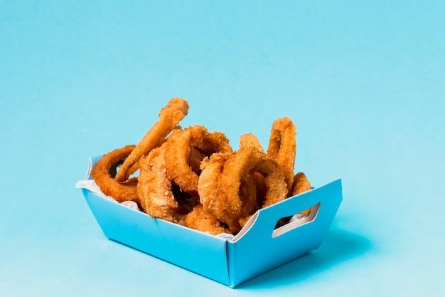Rondelles d'oignon dans une boîte bleue