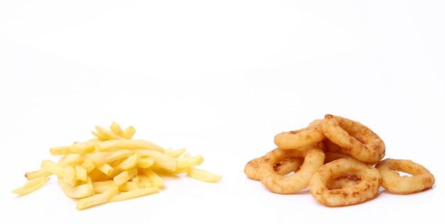 Rondelles d'oignon et frites sur blanc