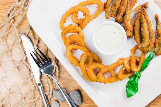 Rondelles d'oignon frites avec poisson frit, service à bière