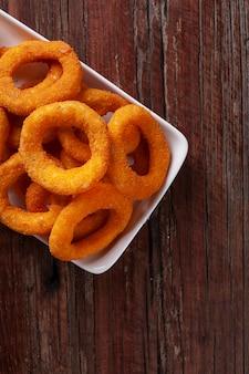 Rondelles d'oignons frits croustillants maison deliciosos. vue de dessus. espace de copie