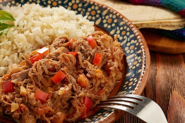 Ropa vieja comida tipica mexicana de carne de ternera servida con arroz blanco
