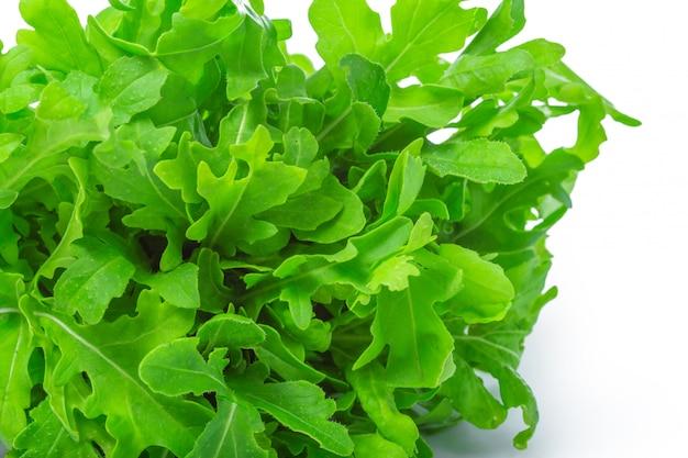 Roquette ou roquette, tas, feuilles de salade, isolé sur fond blanc