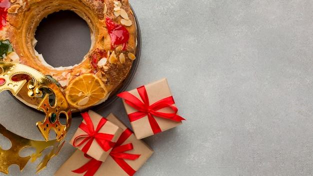Roscon de reyes epiphany dessert et cadeaux copie espace