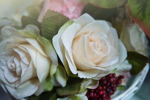 Rose blanche et autre décoration de fond de fleurs pour les voeux saisonniers