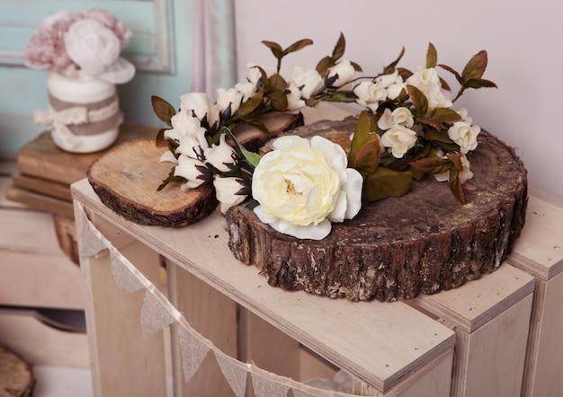 Rose blanche sur une plaque en bois sur une boîte en bois