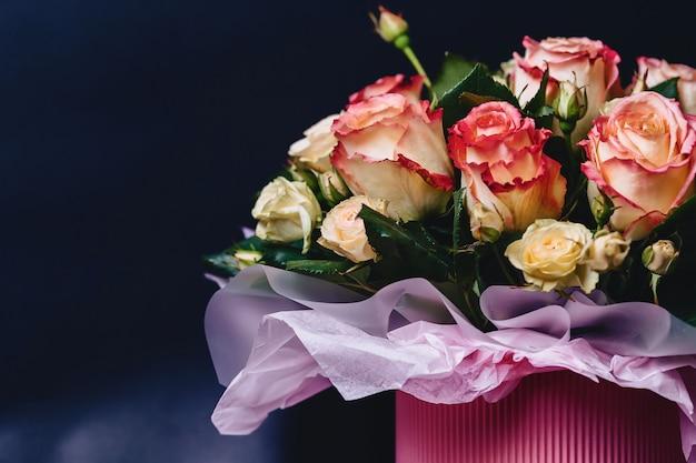 Rose cabaret dans un panier sur fond sombre