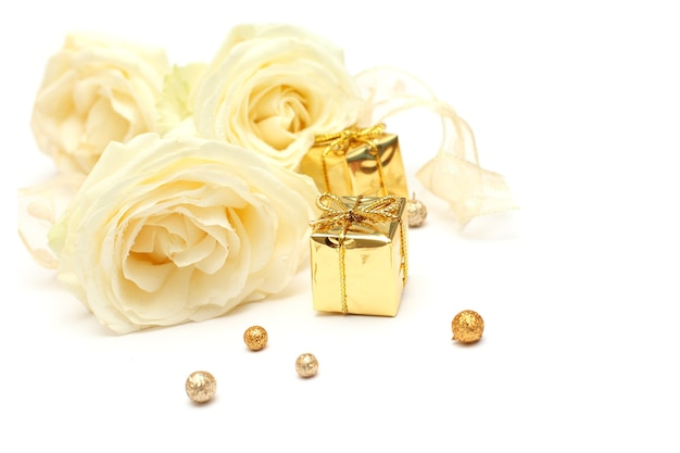 Rose et cadeau - concept de vacances