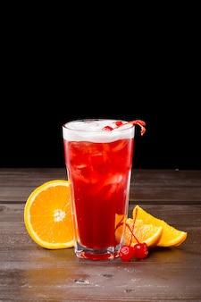Rose cocktail avec glace sur fond noir