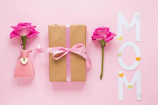 Rose dans un vase avec boîte-cadeau et inscription de maman