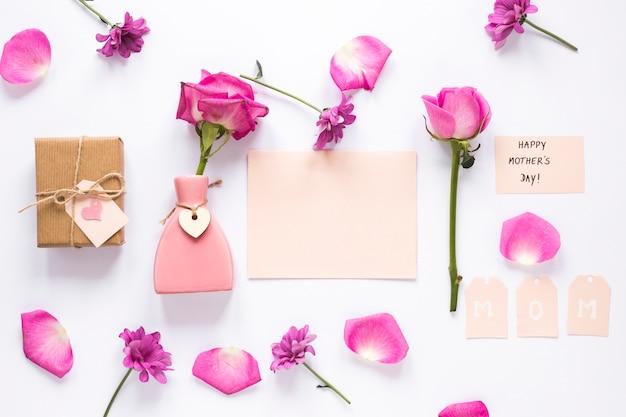 Rose dans un vase avec du papier et inscription heureuse fête des mères